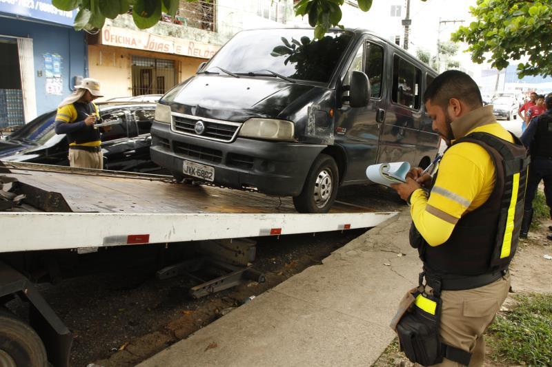 Durante a fiscalização, uma van que realizava o transporte irregular de passageiros foi apreendida