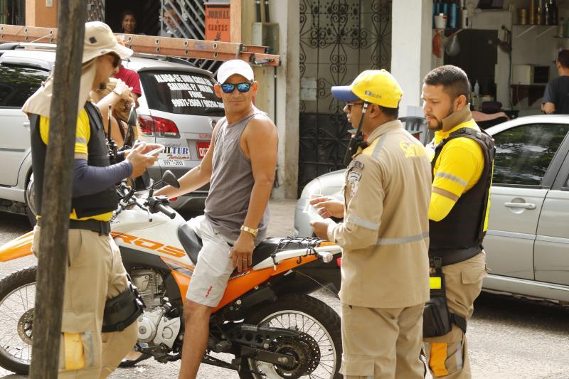 Além da fiscalização, agentes da SeMOB também deram orientações aos motoristas