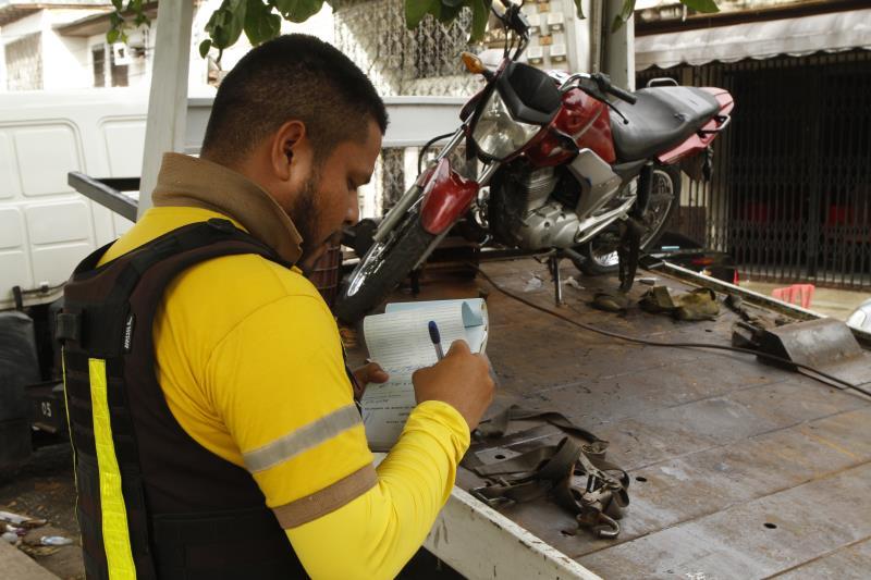 Entre os veículos apreendidos, uma motocicleta também foi retida
