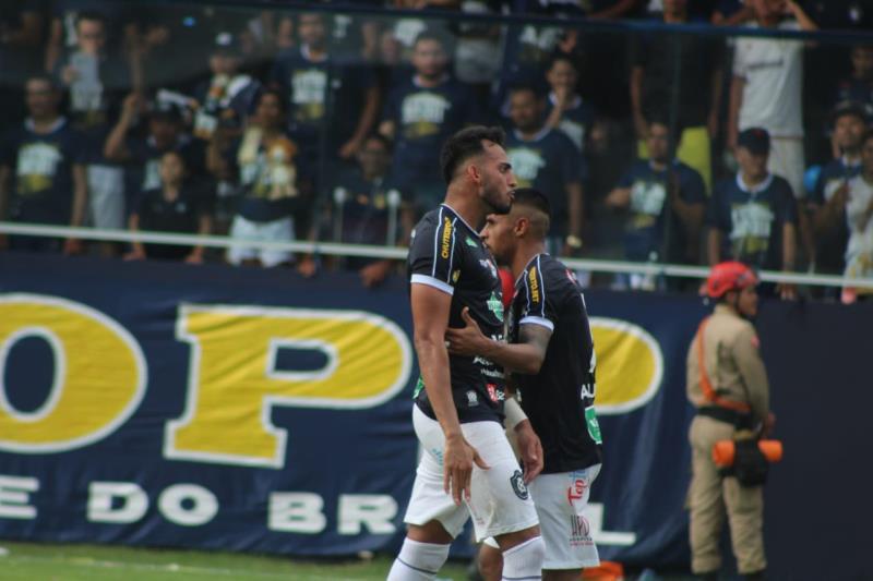 No segundo tempo, o zagueiro Marcão fez o primeiro gol azulino no novo Baenão