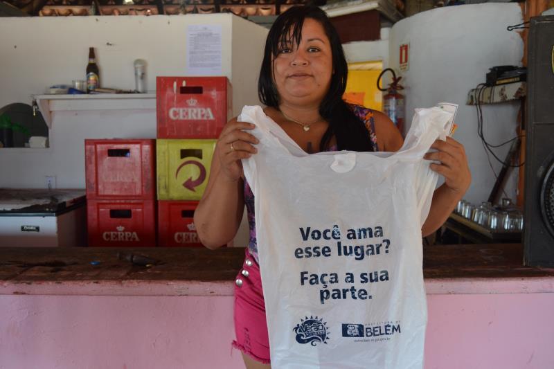 A comerciante Eunice Campos acha importante a ação da Prefeitura para manter a praia limpa, em campanha da Semma