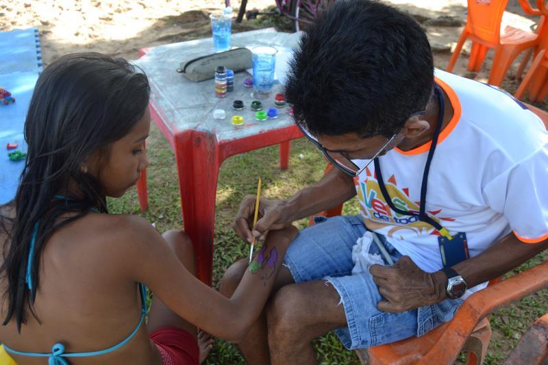 As crianças ganharam também pinturas coloridas nos braços e rostos