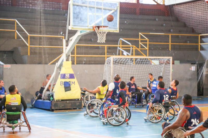 Final de basquete em cadeiras de rodas