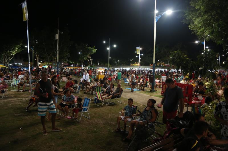 O público que está aproveitando o último final de semana das férias escolares compareceu em grande número à praça Matriz de Mosqueiro
