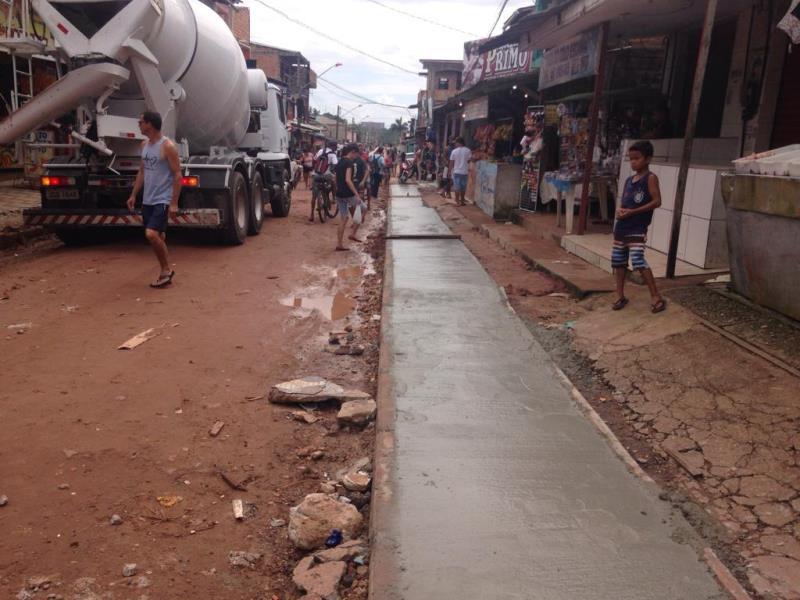 O trabalho também contempla a recuperação de calçadas de vias