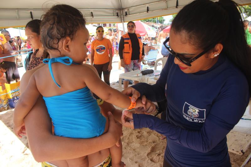 Equipe da Defesa Civil Municipal colocaram pulseira de identificação em Maria Educada,  de 3 anos