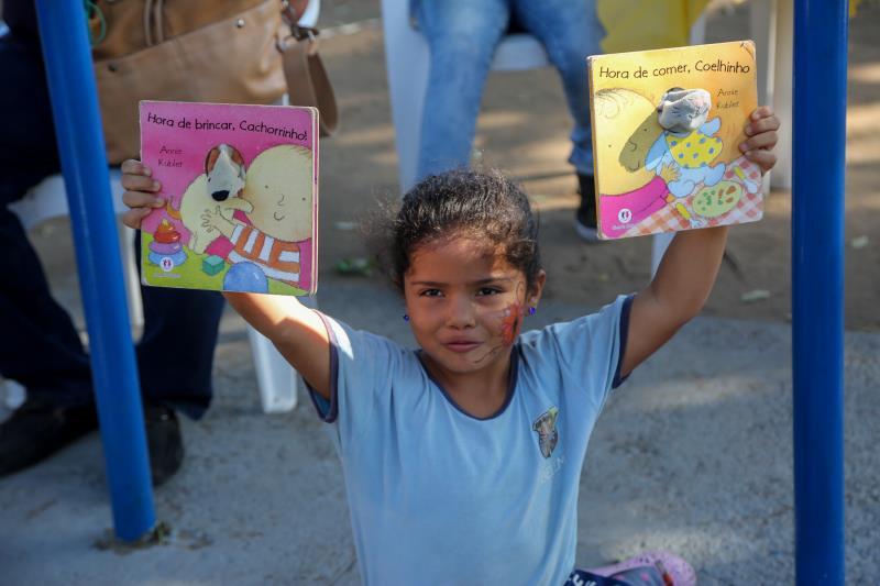 As crianças ficaram encantadas com os livros de histórias infantis que estavam disponíveis a elas