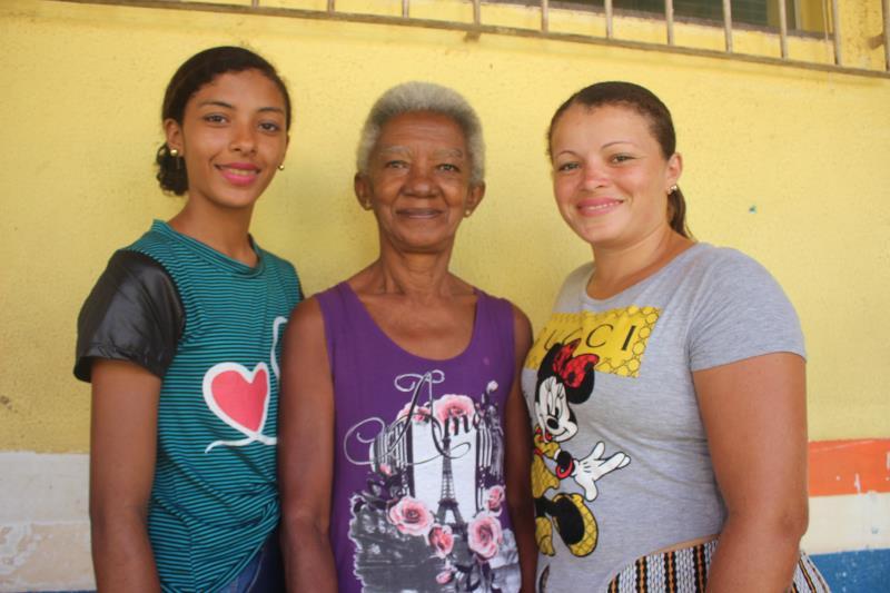 A aposentada Antônia de Jesus, de 82 anos, realizou teste de glicemia e mediu a pressão. Ela aproveitou a passagem pelo local para fazer o atendimento. Ela estava acompanhada da filha Lucia Lima e da neta Lucianna Silva.