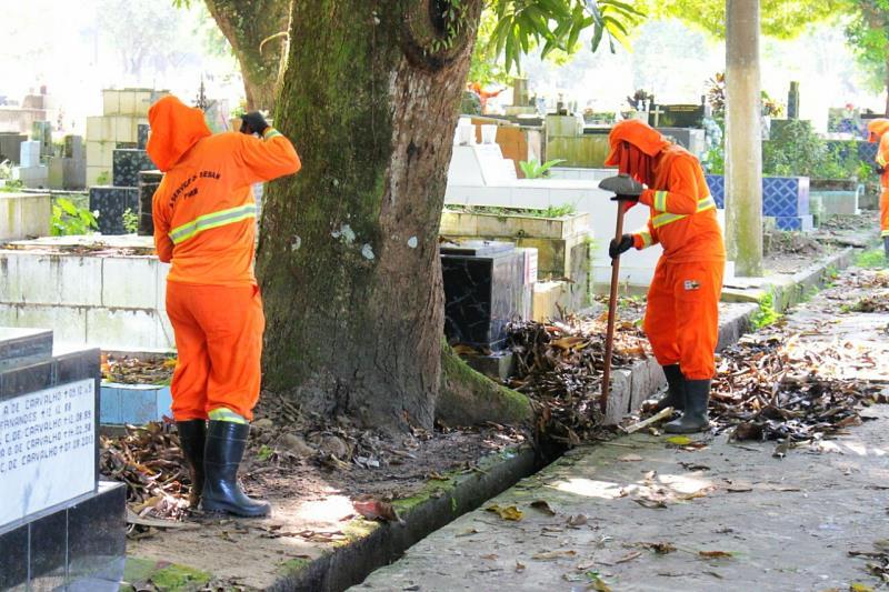 Os agentes executaram a limpeza dos espaços com serviços de roçagem e varrição.