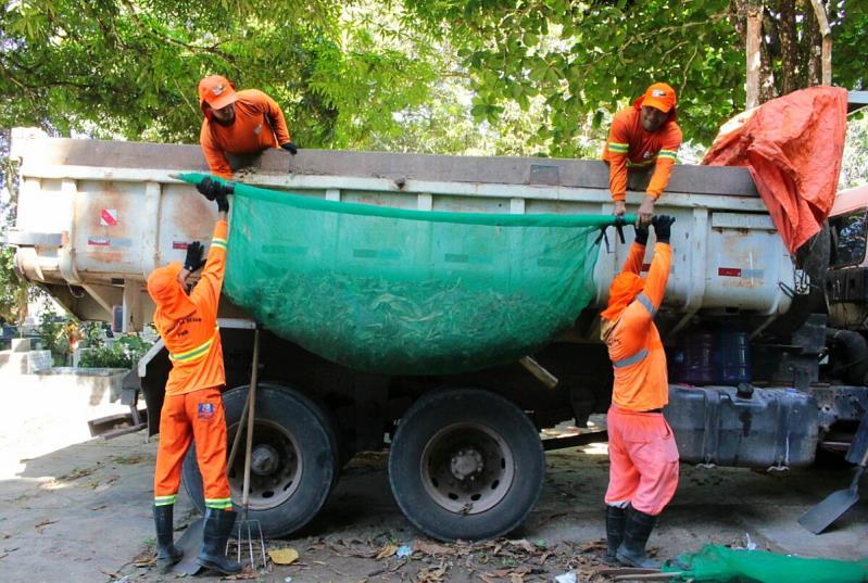 Toda a produção da limpeza é recolhida por  agentes de serviços urbanos.