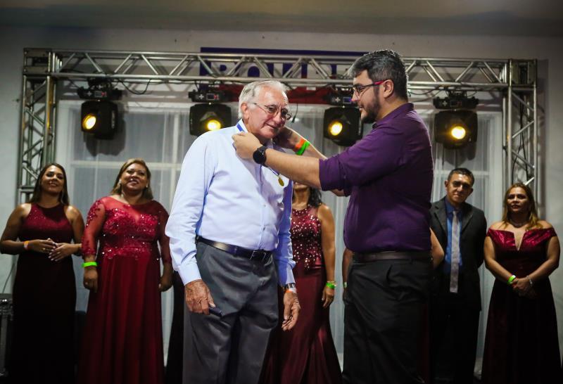 O médico José Guataçara foi o grande homenageado da noite, com medalha de reconhecimento.