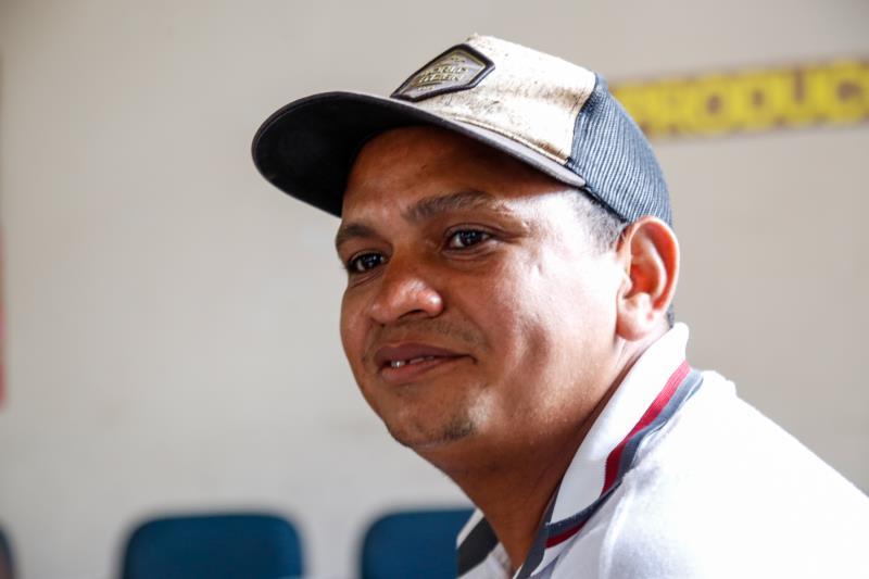 Josimar Ferreira Rocha, de 32 anos, vendedor de lanches no Ver-o-Peso, se lembra de que só pode registrar a filha mais velha, que hoje tem 12 anos, após treinar a sua assinatura por três anos
