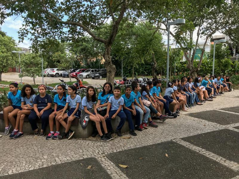 Cerca de 40 alunos da Escola Municipal  Ernestina Rodrigues, do bairro São Brás, visitaram na manhã desta terça-feira, 6, a Casa da Mineração, no bairro de Nazaré, o Mangal das Graças e o Polo Joalheiro, no bairro da Cidade Velha