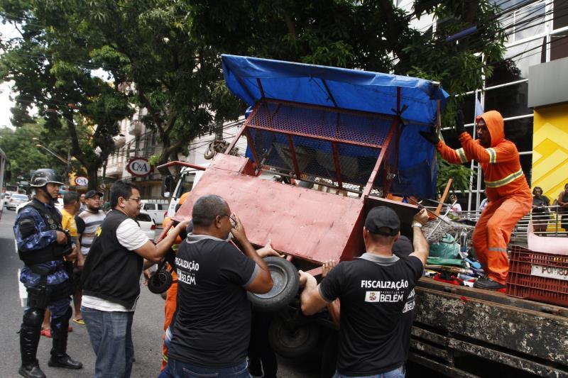 Agentes da Ordem Pública e da Guarda Municipal de Belém participaram da ação de retirada dos comércios irregulares na avenida Presidente Vargas