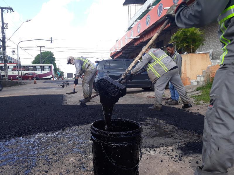 Máquinas estão em ação nas ruas do distrito de Icoaraci
