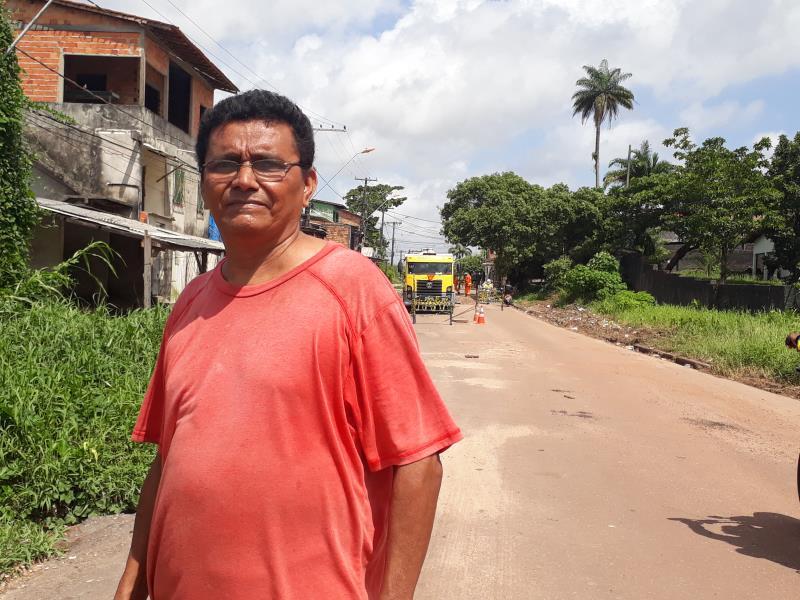 """""""Dá até gosto de acompanhar as obras e ajudar, caso os trabalhadores precisem de algo"""", comentou Pedro Borges, morador da travessa Souza Franco há mais de 20 anos"""