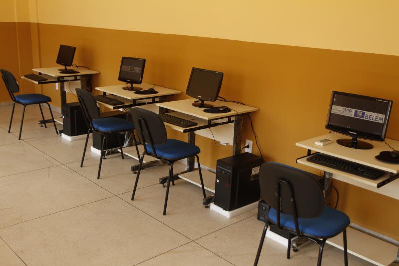 As escolas também possuem salas de informática direcionadas à educação das crianças