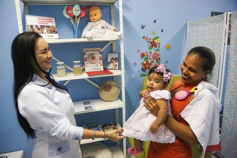 A técnica em enfermagem Aline Alencar deu orientações à Maria Trindade sobre a amamentação da menina Maria Vitória