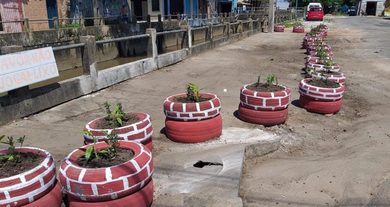 Depois que a área foi limpa, foram feitos canteiros com pneus pintados em cores fortes