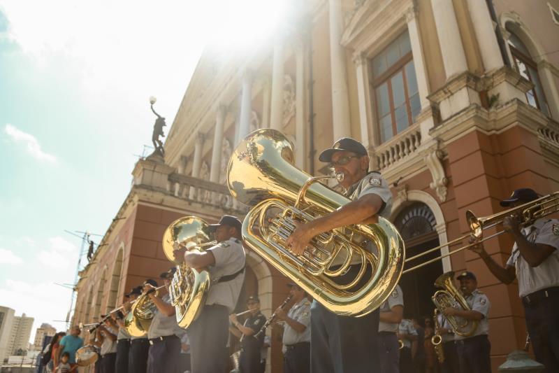 A Banda da Guarda Municipal levou neste domingo, 11, Dia dos Pais, uma apresentação musical para a praça da República