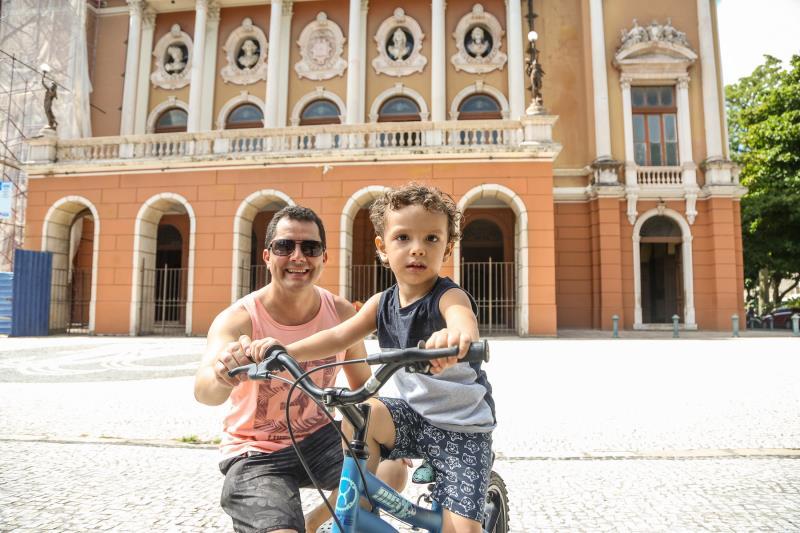 """O  servidor público Altino Ranieri Júnior foi à praça com o filho Altino Ranieri, de 4 anos: """"Vim comemorar esse dia especial e curtir ao máximo esse momento de felicidade e brincadeira ao lado do meu filho"""""""