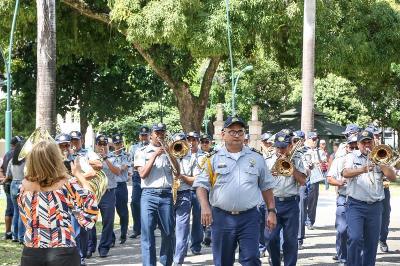 Em homenagem aos pais, que junto com seus filhos curtiam o domingo, a banda percorreu a praça e tocou as músicas que serão executadas na semana da pátria