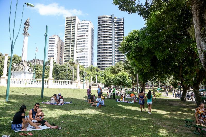 Famílias aproveitavam o Dia dos Pais no espaço, que foi revitalizado pela Prefeitura