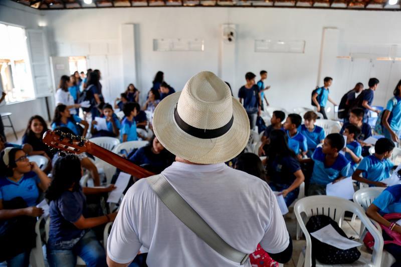 Este ano, cerca de duas mil crianças, de 3 a 12 anos, estão participando do projeto, e cerca de 140 professores receberam o material didático do Canta-o-Lar para darem continuidade às aulas