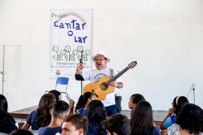 O projeto Cantar-o-Lar tem o intuito de ensinar arte e educação por meio da música, reunindo crianças e jovens com e sem deficiência