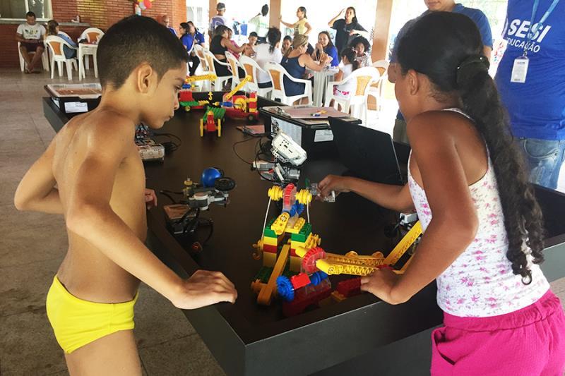 As crianças tomam contato desde cedo com a inovação brincando com robôs de Lego