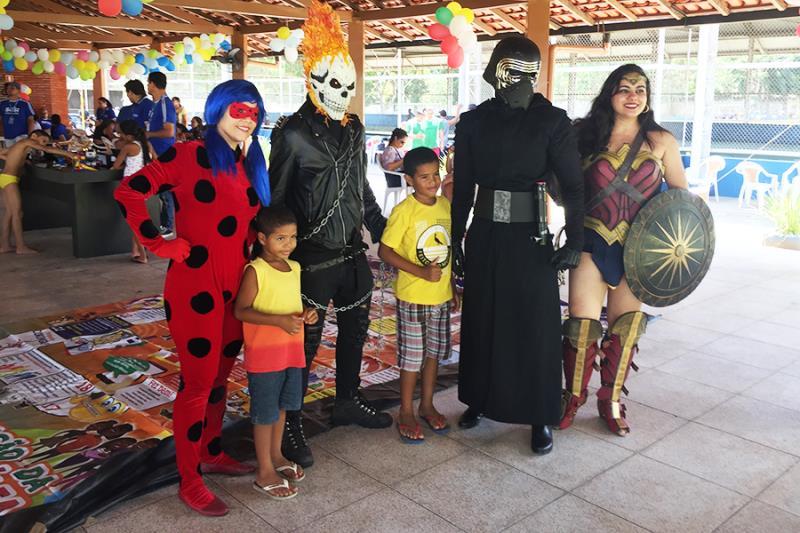 Uma equipe de cosplayers, com Mulher Maravilha, Motoqueiro Fantasmas e outros personagens encantou as crianças no evento