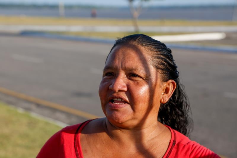 Sandra Freitas, vendedora de refrigerante e água no Portal da Amazônia, garantiu que vai ajudar na manutenção das espécies plantadas