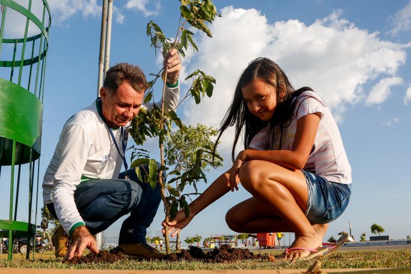 As crianças também foram convidadas a ajudar na plantação dos oitizeiros