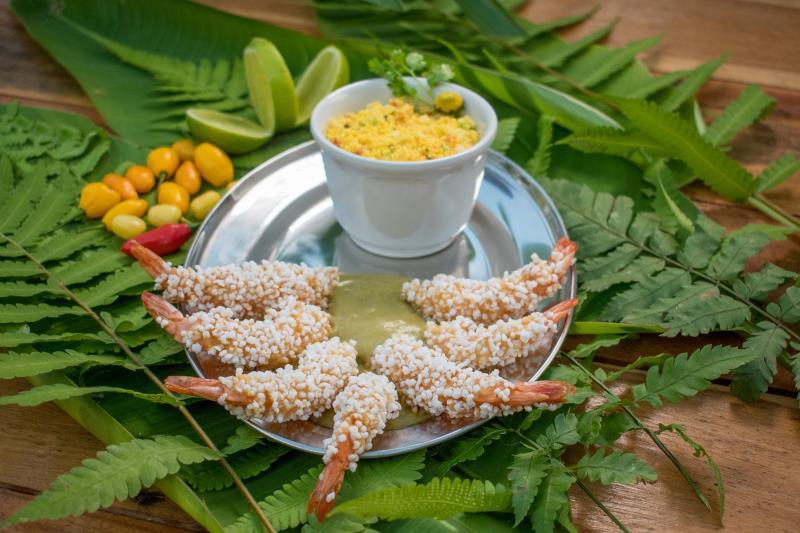 O prato do restaurante Farol da Ilha do Combu é camarão empanado na farinha de tapioca acompanhado de molho velouté de jambu, farofa de vinagrete