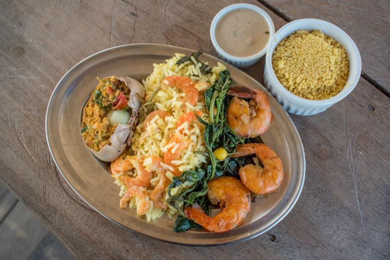 O prato do Restô da Ilha é uma casquinha de caranguejo com arroz de jambu e camarão rosa ao alho e óleo