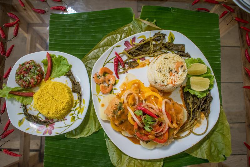 Prato preparado no restaurante Rústico da Ilha, que é um pirarucu ao leite de coco, farofa, vinagrete e arroz paraense