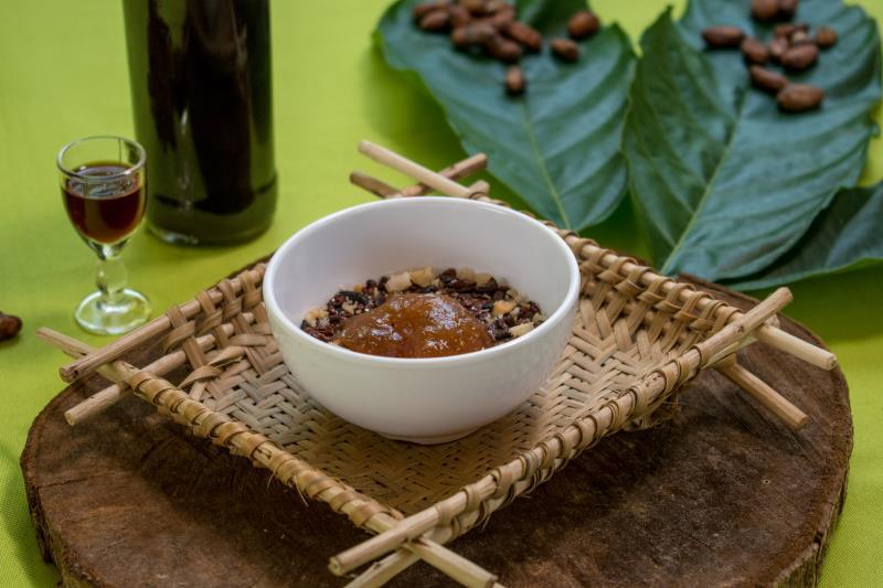 A sobremesa da Casa de Chocolate da Ilha do Combu é um doce de chocolate ao leite, doce de cupuaçu, nibs de cacau e castanhas quebradas, acompanhado de licor de nibs de cacau