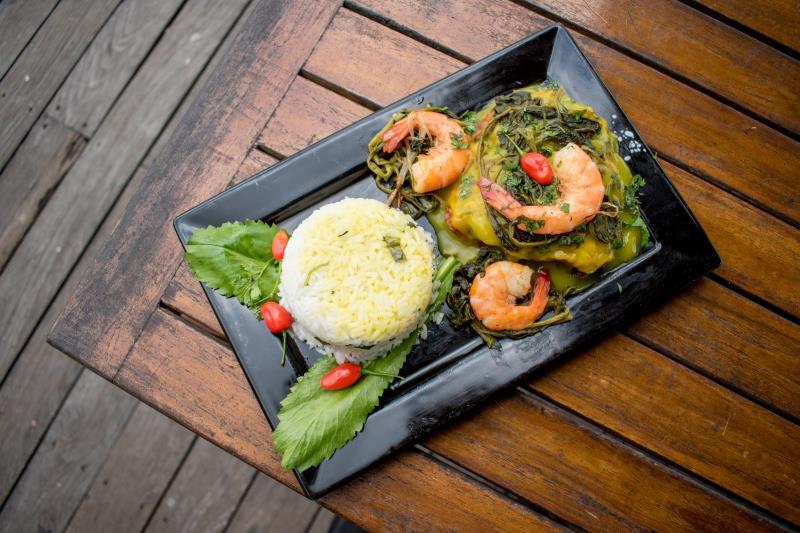 Na Nossa Maloca, o prato é o Peixe Paraense,  com molho especial de tucupi e arroz de chicória