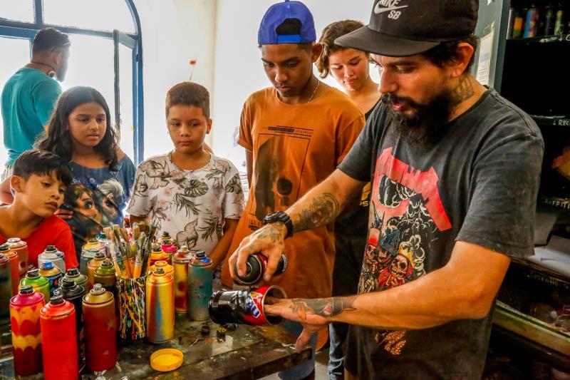 O projeto Ubá - Amenizando Dores Através das Cores ensina a jovens e crianças da Vila da Barca, entre outras atividades, a prática da reciclagem