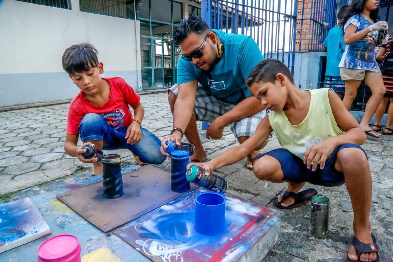 As crianças recebem as instruções dos oficineiros e atuam na parte prática com os desenhos e pinturas