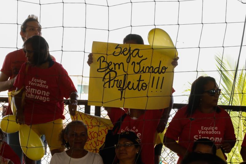 A população do bairro da Sacramenta levou cartazes de boas vindas ao prefeito Zenaldo Coutinho