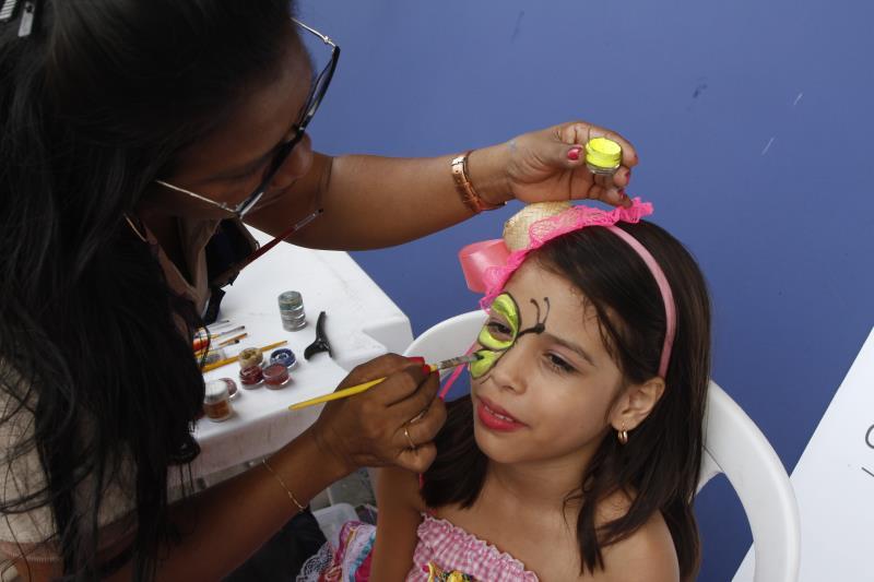 As crianças ficaram felizes com a oferta de pintura facial
