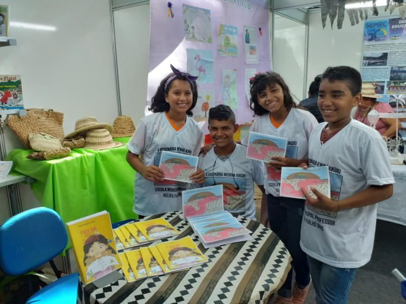 """Lançamento do livro """"A menina Kikuiu"""" da escola municipal Helder Fialho"""
