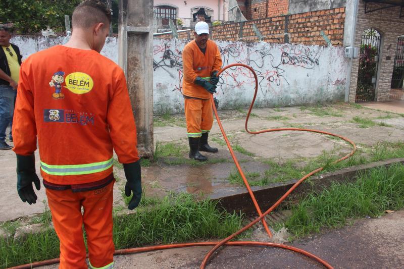Equipe da Sesan desobstruiu galeria e bueiros com hidrojato na avenida Nossa Senhora da Conceição, em Outeiro
