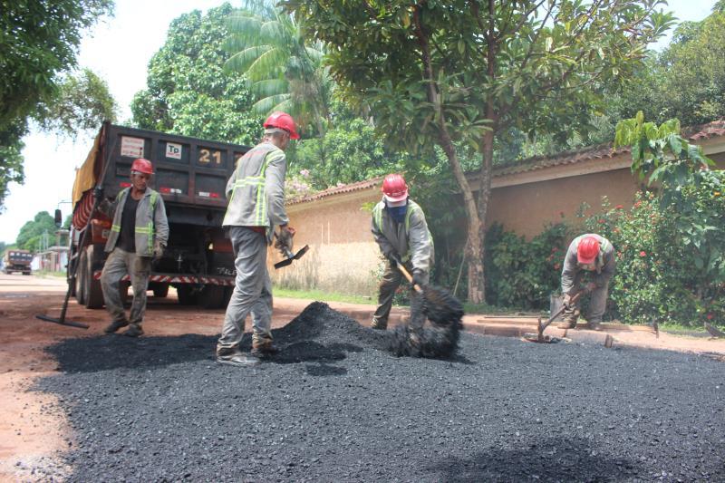 As ruas do distrito de Outeiro também estão recebendo ações de recuperação asfáltica, conhecidas como tapa buracos