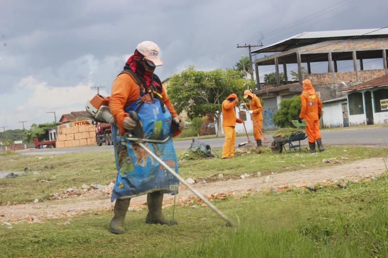 A avenida Paulo Costa contou com equipes de limpeza e de roçagem