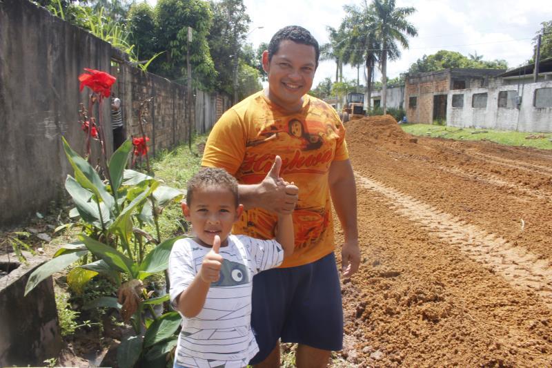 Ao lado do filho, Carlos Silva acompanhou de perto os trabalhos de limpeza e terraplanagem na rua Alfredo Frazão