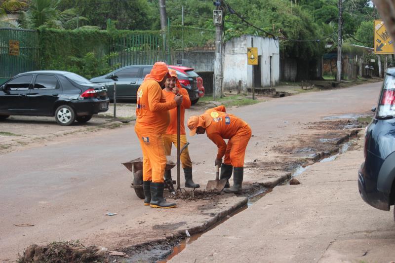 Agentes da Sesan atuam na rua Manoel Barata, que recebeu limpeza de galerias e esgoto