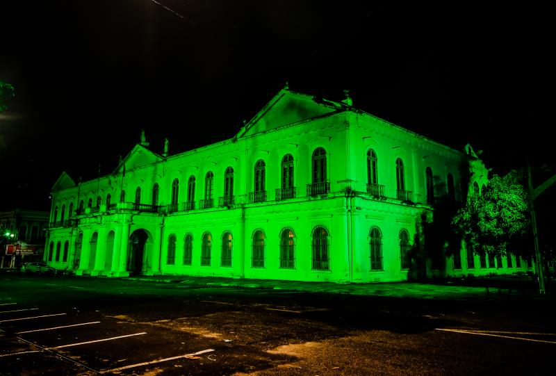 Fachada do Palácio Antonio Lemos recebeu a iluminação temática da Seurb