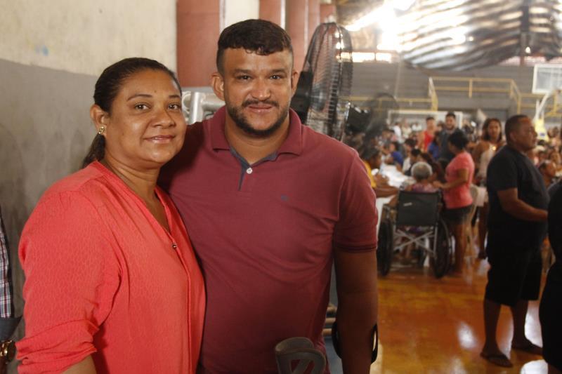 Aposentado por invalidez, Leandro Barros, de 42 anos, estava satisfeito pela entrega dos documentos, ao lado da esposa Francicléa